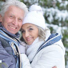 des seniors heureux aux sports d'hiver, malgré le froid