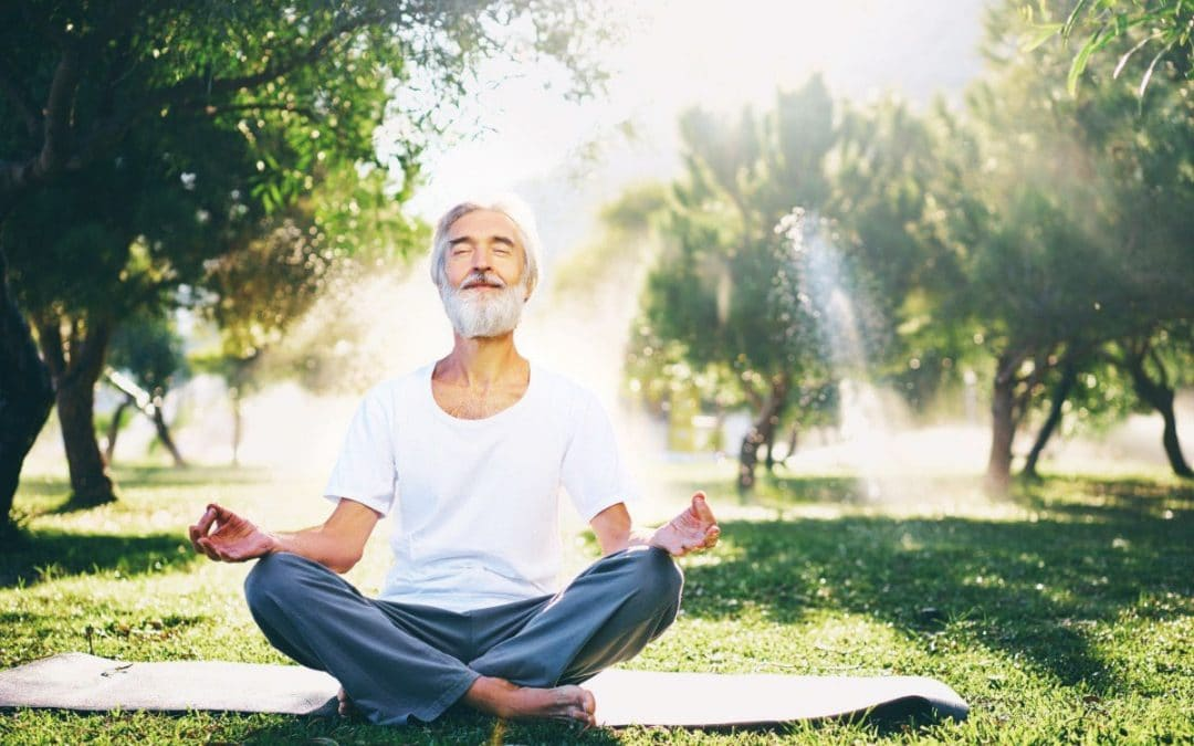 I benefici dello yoga e della meditazione per gli anziani